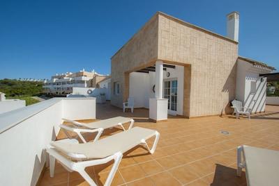 Un ático moderno (110 m2) con vistas al mar y a la piscina, 3 dormitorios y 2 baños.
