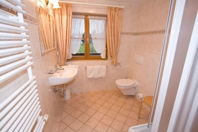 (2) Ein-Raum-Ferienwohnung 42qm, Dusche/WC, Küche, Balkon-Bad