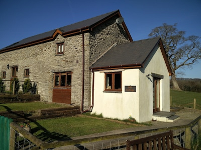 Fantastic couples escape to the country. Quiet, rural location, pet friendly.