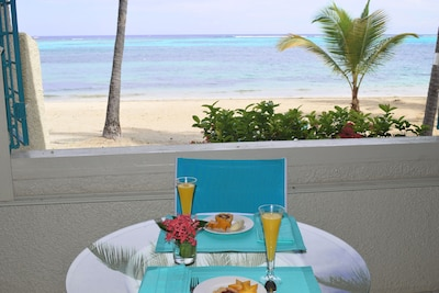 Floor level on the beach, you can enjoy breakfast while listening to the waves.