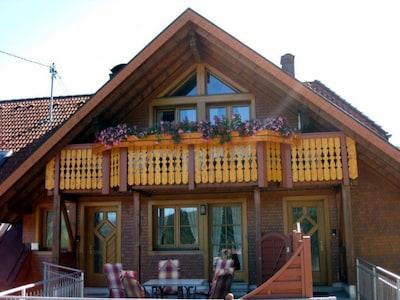 """Ferienwohnung """"Widercherie"""", 45qm, 1 Schlafzimmer, max. 2 Personen-Außenansicht mit Balkon"""