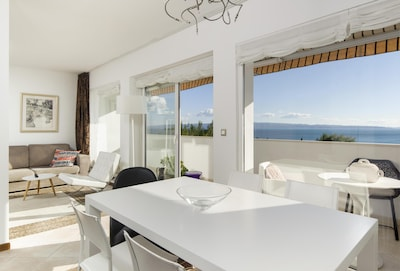 Enjoy in the perfect sea view from dining and living area