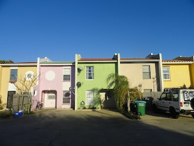 A Cozy Beach Townhome w/2 Master Suites steps from ocean/ close to attractions