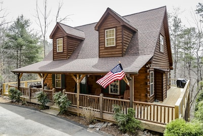 Walk to the Broad River or Mirror Lake!  Hot tub and wrap-around deck! WIFI!