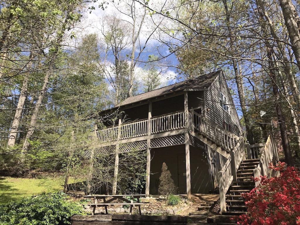 Convenient Mountain Cabin 2 Bed 2 Bath Sleeps 6 Gatlinburg