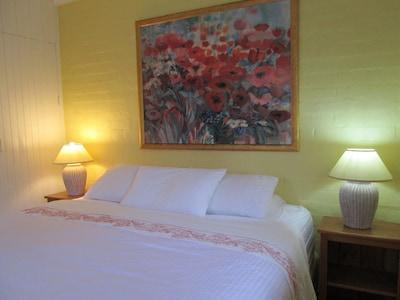 King bed, very comfortable AH Beard bed, Australian made. Very peaceful night.