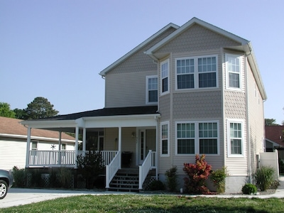 Front view -  Driveway parking for 6 cars and outdoor shower on the right side