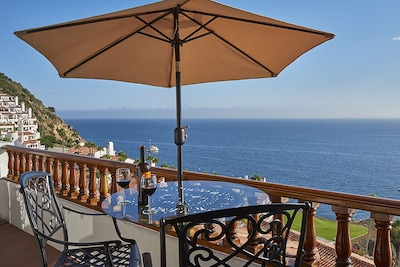 Enjoy 180 degree unrestricted views of the inviting Pacific Ocean!