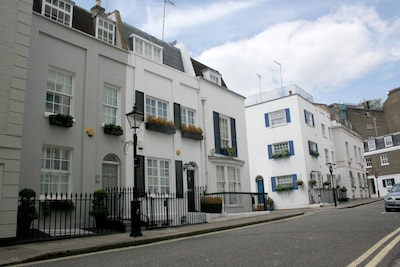 Georgian Townhouse in Knightsbridge, central London, quiet St. air conditioned.
