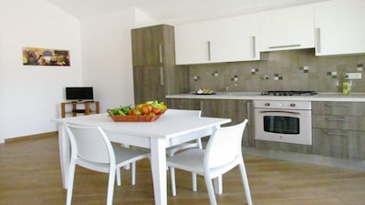 Photo living room with recovery of the equipped and furnished kitchen
