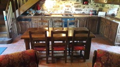 Cuisine adossée et table centrale