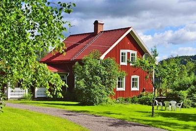 Hultängen ein rotes Schwedenhaus wie aus dem Bilderbuch