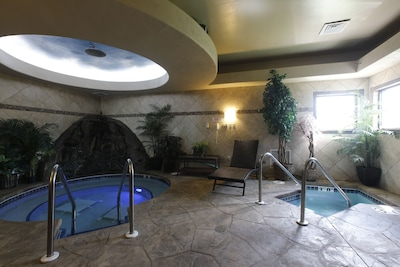 On-Site Spa Suite with 10- person Hot Tub, Cold plunge & Eucalyptus steam suite
