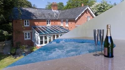 Traditional New Forest Cottage with a luxury indoor heated swim spa