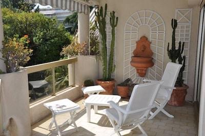 Terrasse avec accès direct depuis le salon