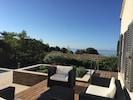 Salon de jardin sur la terrasse côté piscine.