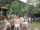 tables de jardin près de l'auvent : 2 tables pour adultes, 1 pour jeunes enfants.