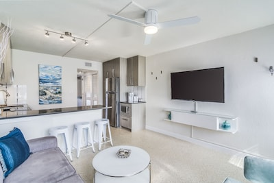 """Modern apartment with 55"""" TV and a fully stocked kitchen"""