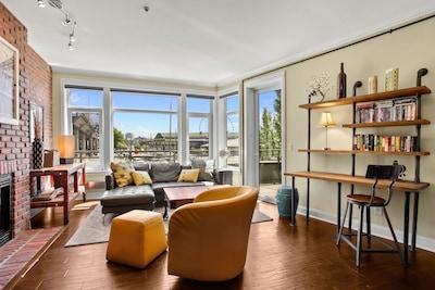 Living Room View is Seattle's Waterfront,  Aquarium, Ferris Wheel & Stadiums!