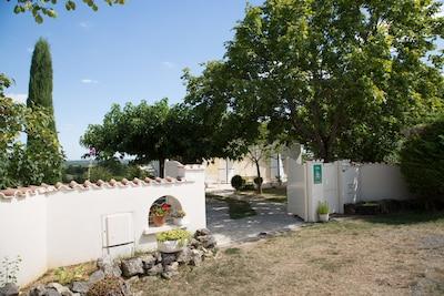 Entrée de la propriété - sur terrain de 1000 m2 ombragé