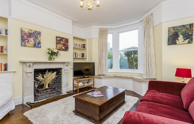 Beautiful Apartment in the Heart of Historic Kew Gardens!