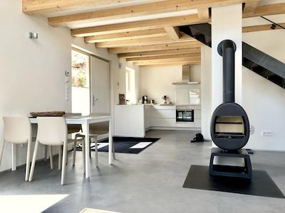 Wohn-Essbereich. Eingang links, dahinter die Küche. Die Treppe zum Schlafzimmer