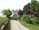 Le château et devant le chalet de Benoit qui vous accueillera