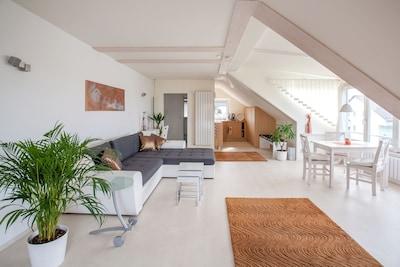 Wohnraum, Küche und Esstisch am Panoramafenster