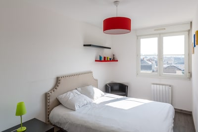 Bedroom with queen size bed | 1Stays