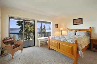 Queen Master bedroom with amazing view