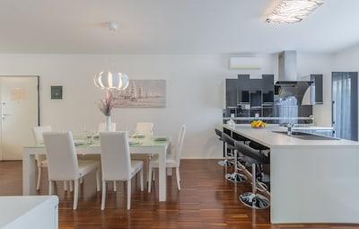 Geräumiges, sonniges Esszimmer, 50 Meter mit Küche, Wohnzimmer, 2 Klimaanlage.