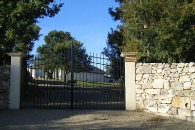 """entrée du parc entourant le gîte de """"la colonie"""""""