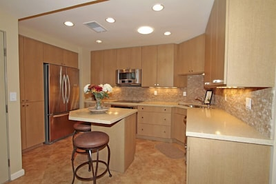 OPEN KITCHEN/WITH EATING AREA