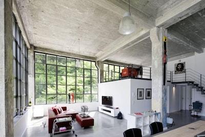 Blick von Küche auf Loungeecke und Galerie