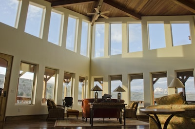 Large, open livingroom with views over the mountains, the valley and the river.