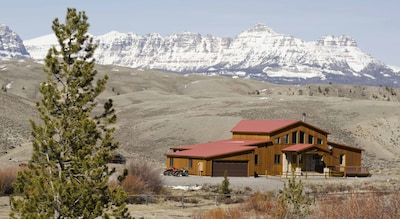 Panoramic views over the Absaroka Mountain range with the Ramshorn.