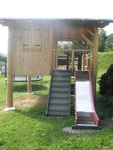 cabane et toboggan de l'aire de jeux