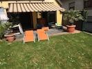Jardin avec transats ouvert par beau temps