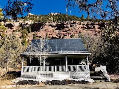 Private home in the river valley 3 minutes from the bakery, cliff views, hot tub