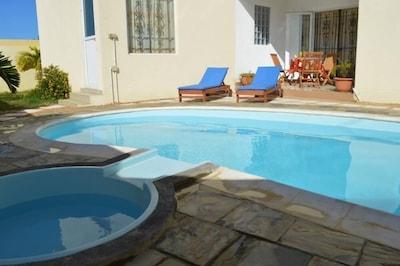 Terrasse pour un moment de lecture ou pour vous reposer après la piscine