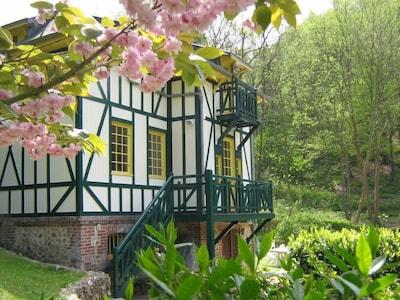 Façade vue du jardin au printemps