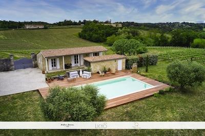 Vue drone gîte et piscine Au cœur du vignoble