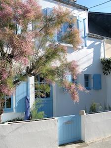 La façade de la Maison Bleu au soleil