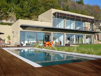 Appartement indépendant terrasse privée belle vue mer dans villa avec piscine