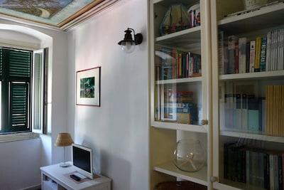 Soggiorno, libreria e angolo giochi per bambini.