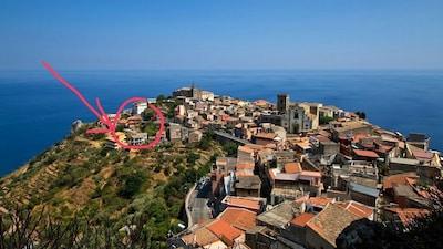 Blick vom alten Castello auf's Dorf - rot markiert ist das Haus