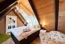 Doppelschlafzimmer im Dachgeschoss mit hochwertigem Boxspringbett