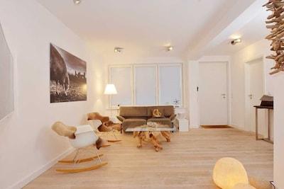 Wohnzimmer – minimalistisch aber trotzdem gemütlich und bequem, mit viel Licht