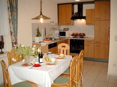 Wohnbereich: Küche mit Esstisch für 6 Personen