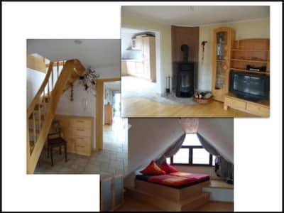 Wohnzimmer Schlafzimmer und Treppenaufgang in die 2 weiteren Schlafzimmer